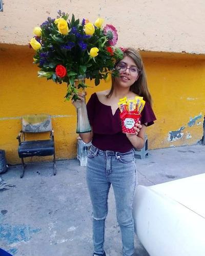 cajas de dulces personalizadas y arreglos de flores
