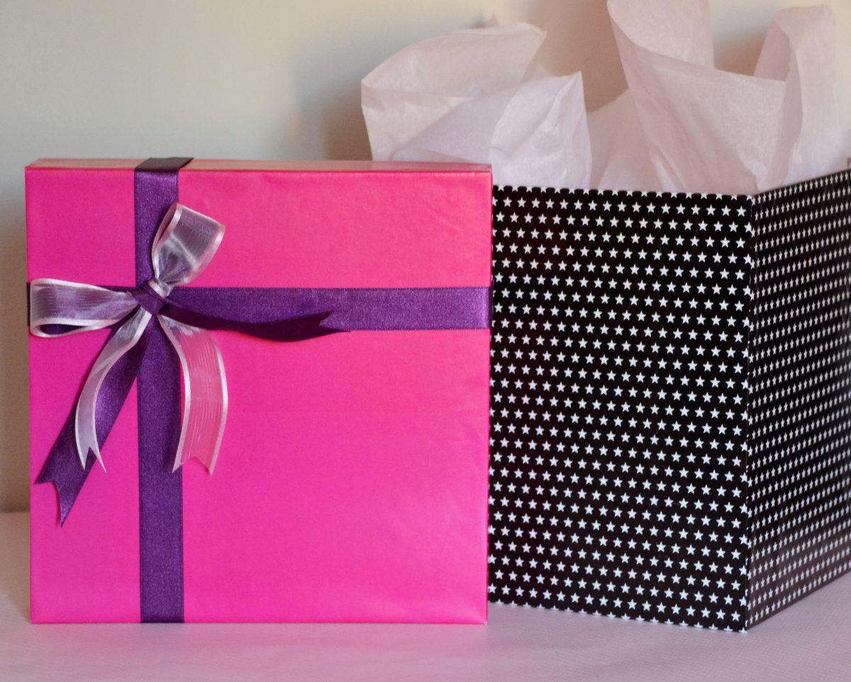 cajas de regalos personalizadas a medida fucsia con negro