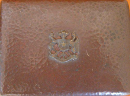 cajita de bronce y madera simbolo de chile