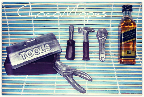 cajita de herramientas en chocolate + licor en miniatura