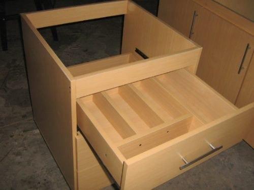 cajonera bajo mesa  con separadores de cubiertos.