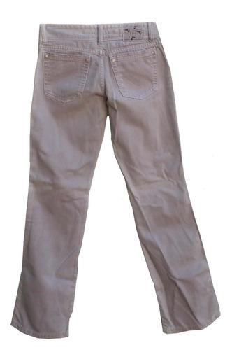 calça jeans clara (costura do bolso esquerdo soltando).