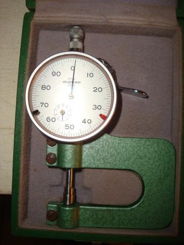 calibrador micrometro para medir espesor de pieza