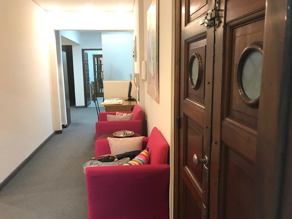 calida y comoda oficina/vivienda en edificio de estilo