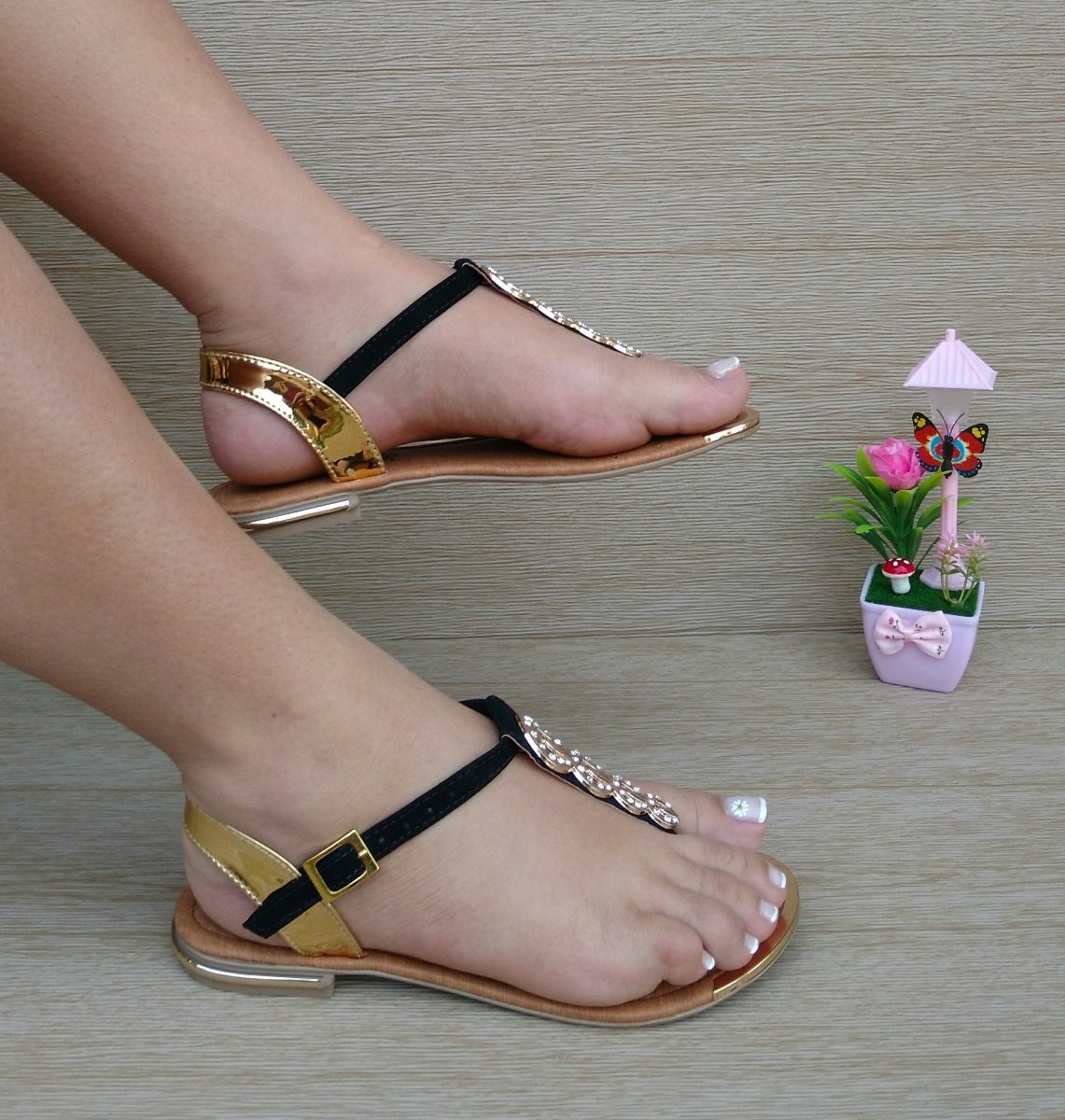 calzado sandalia plana playera negra dorada moda para mujer. Cargando zoom. 55653f22fbfd