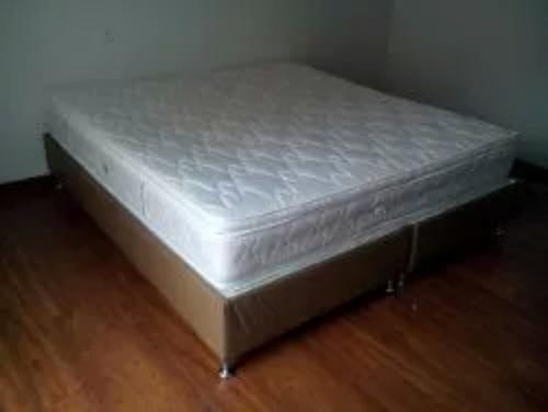 cama base con colchón semi ortopedico.