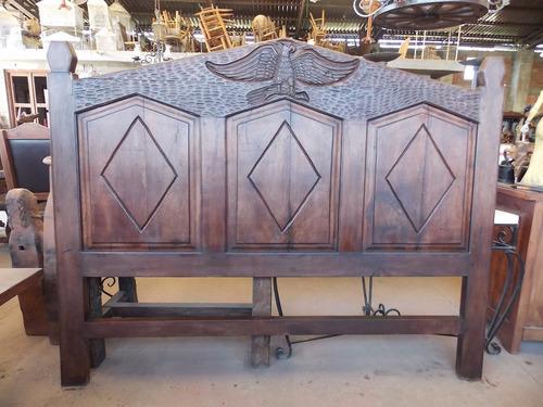 cama cabecera de mezquite tallada a mano estilo antiguo.