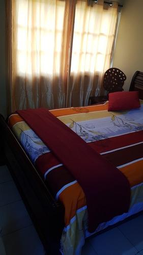 cama de caoba con dos mesitas