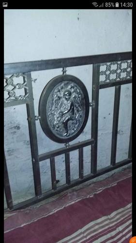 cama de dos plaza antigua de bronce con patas de león