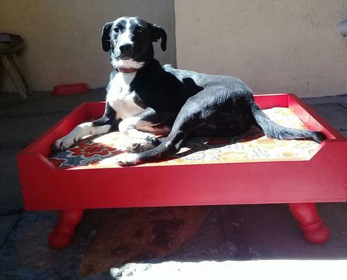 Cama de madera con colchoneta para perro en - Colchoneta para sofa cama ...