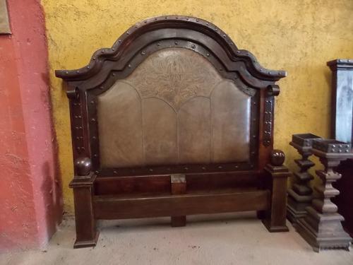 cama de madera de parota, hierro y piel. estilo antiguo.