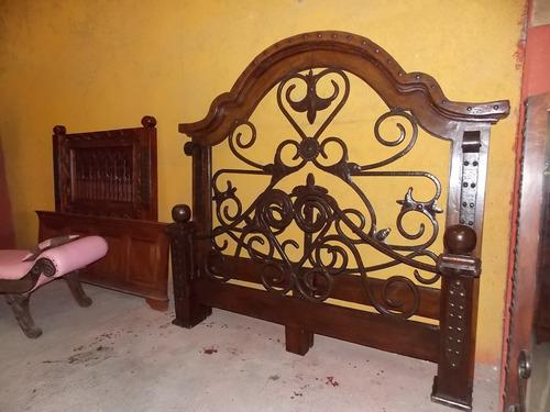 cama de madera de parota y hierro forjado. estilo antiguo.