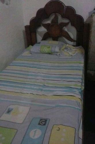 cama de madera de saman con colchón