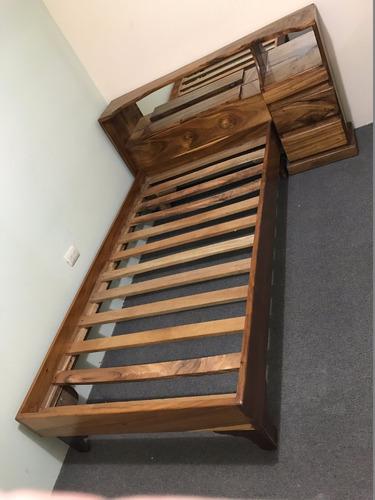 cama de madera en muy buen estado, incluye mueble de noche