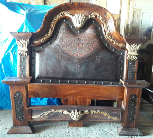 cama de parota tallada con piel y hierro. estilo antiguo.