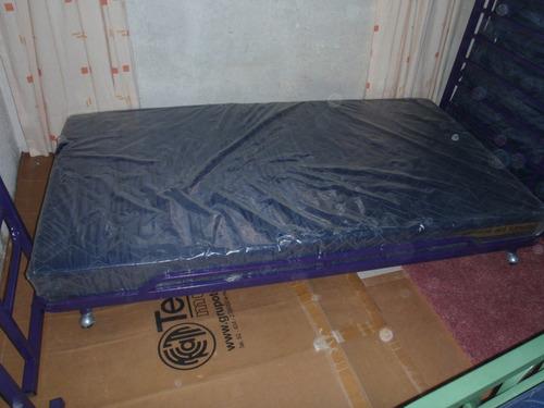 cama doble de metal con colchones ortopédicos tipo estudio