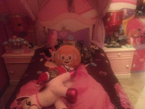 cama individual con velo y dos burós (sin colchón)