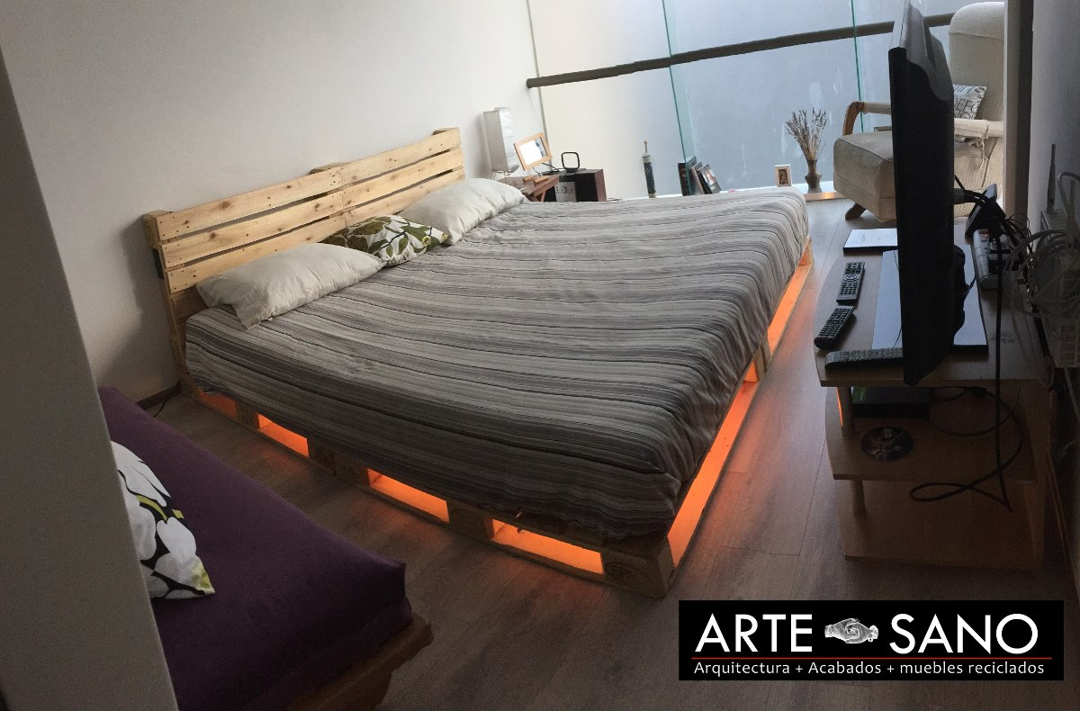 Cama king size de madera reciclada con luz inferior for Cama queen size or king size