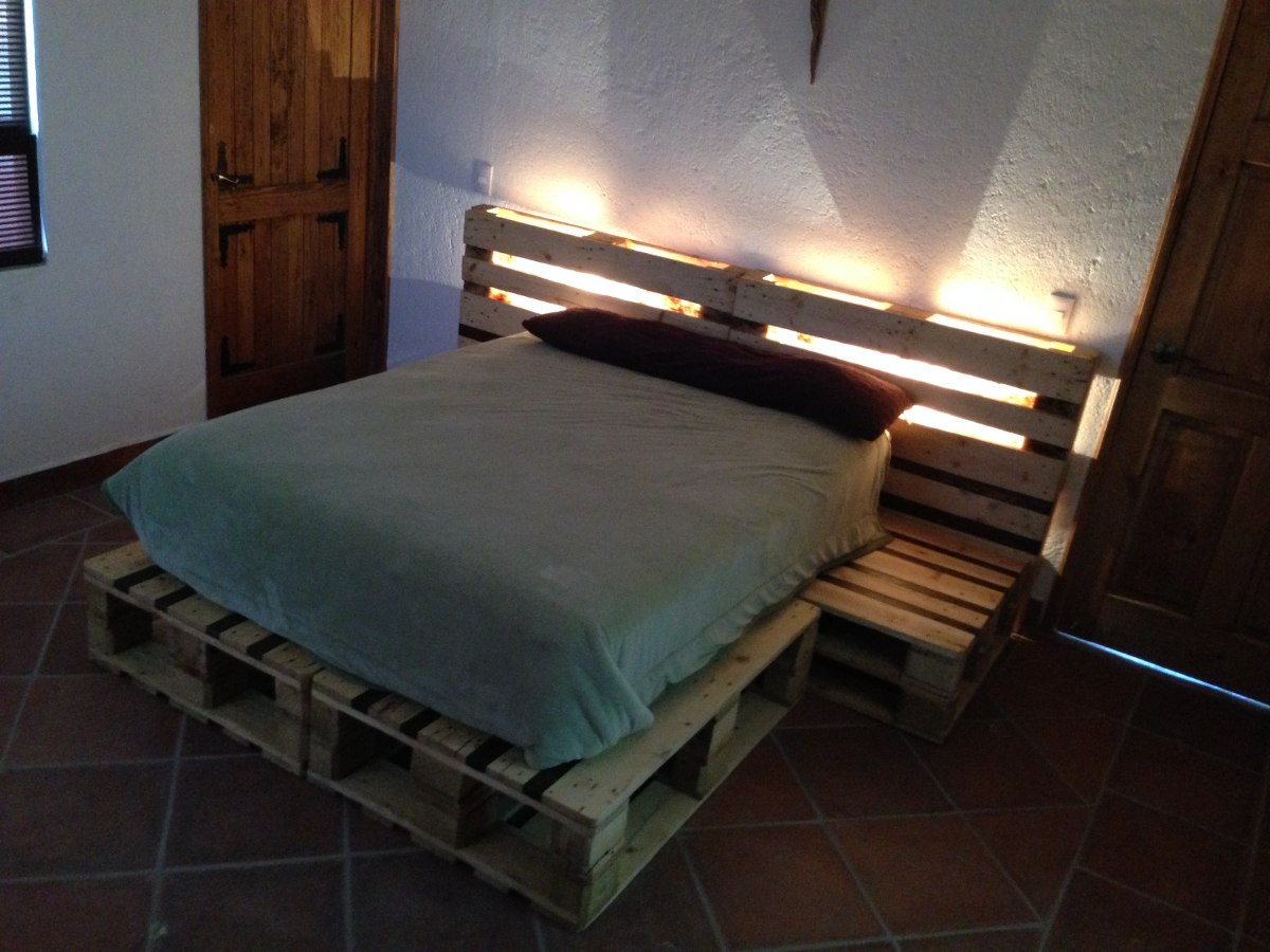 Cama queen size y matrimonial de madera reciclada for Cama king size de madera