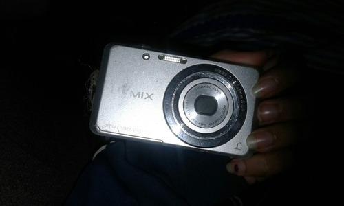camara de fotos lumix y su cargador