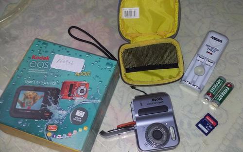 cámara, estuche, cargador, pilas recargables y tarjeta sd!!