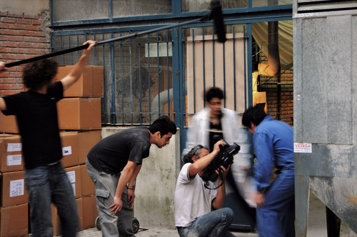 camarógrafo con equipo profesional, para proyectos creativos
