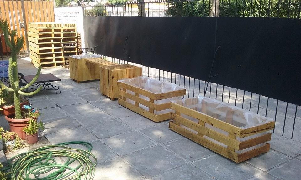 camas de siembra jardineras de pallet barnizadas y forradas