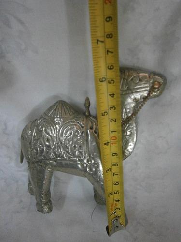 camello en madera con lamina bañada en plata