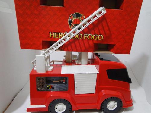 caminhão bombeiro e capacete esguicha agua brinca apaga fogo