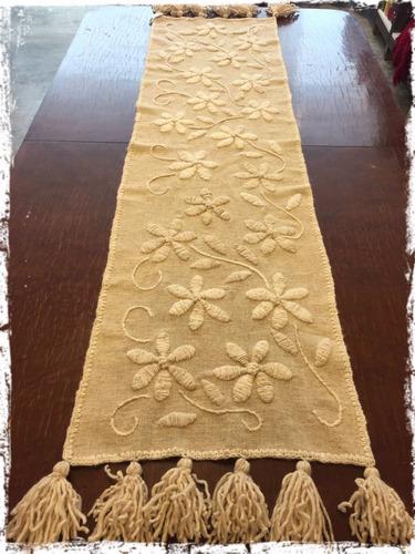camino de mesa bordado a mano y terminación de borlas 180x40