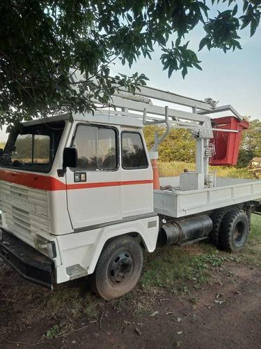 camión con hidroelevador