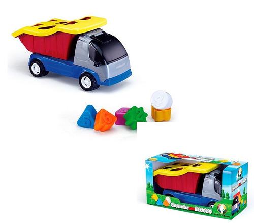 camión de carga de juguete con bloques