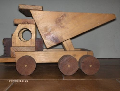 camion volcador antiguo con caja de madera .