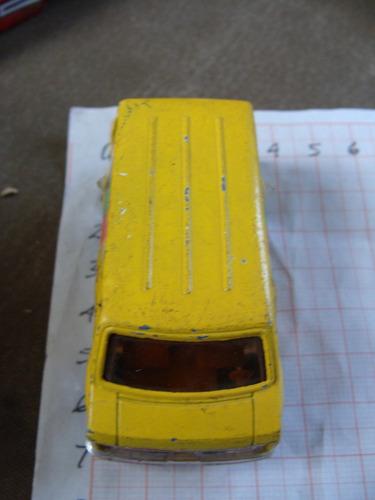 camionetita van, color amarilla, hong kong de los 80s