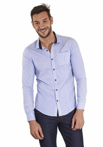 camisa azul clara con puntos