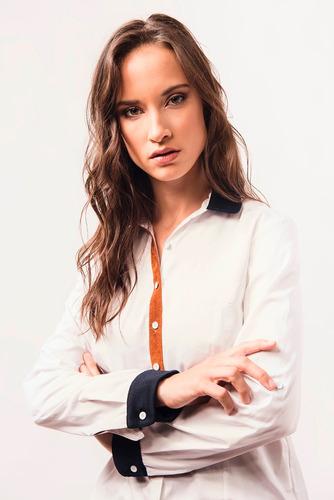 camisa blanca poplin satinado con gamuza simil cuero giacca