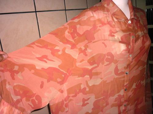 camisa com estampas tipo camuflada.