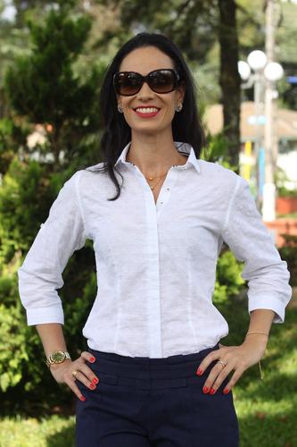 camisa feminina branca com detalhes em laise