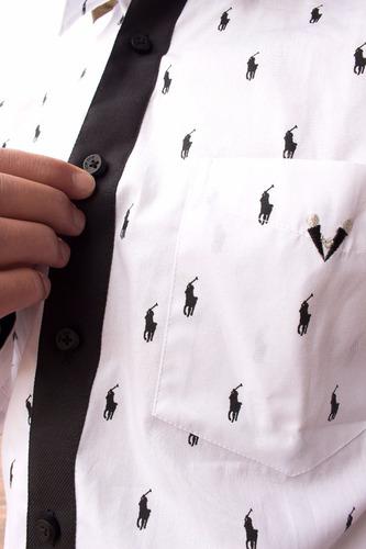 camisa slim fit casual con diseño blanca con jinetes