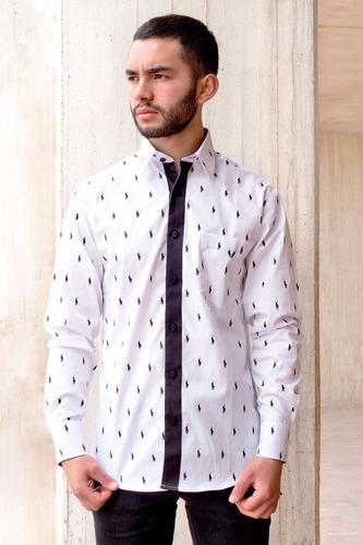 camisa slim fit color blanca estampada con pequeños jinetes