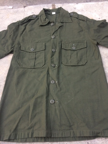camisa verde militar talle 38 con detalle