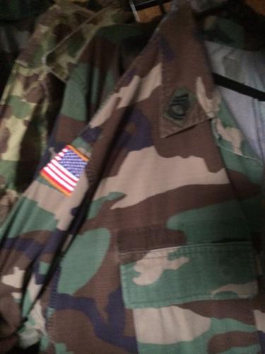 camisas tipo chaquetillas con insignias militares