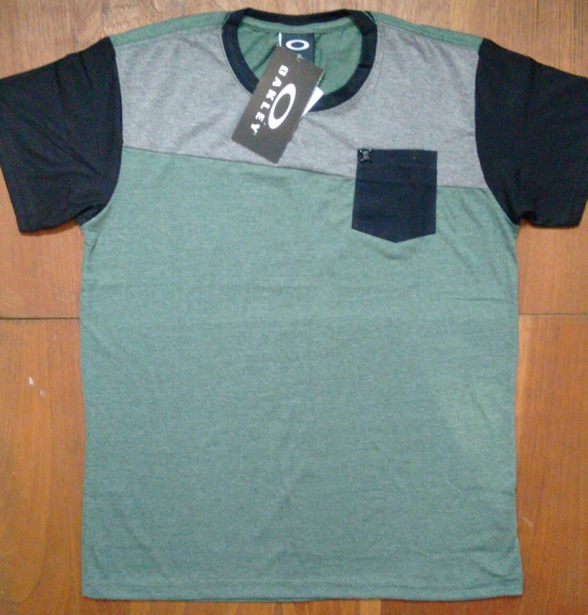 b3bcea7087a77 camiseta da oakley com símbolo de titanium no bolso. Carregando zoom.