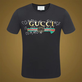 08233f35a5 Camiseta Gucci Estampada - Calçados