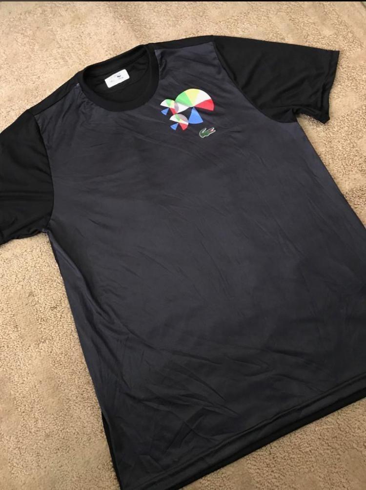 48c90b381c020 Características. Marca Lacoste  Modelo Basico  Desenho do tecido Liso   Gênero Masculino  Material da camiseta Algodão ...