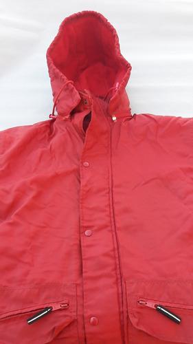 campera con capucha rompeviento usada