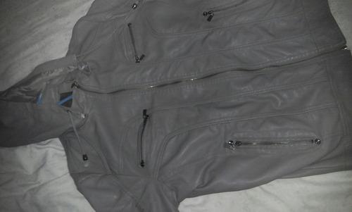 campera gris con capucha desmontable