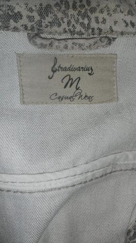 campera jean animal print beige entallada  stradivarius smal