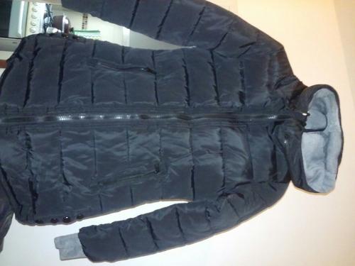 campera negra impermeable con capucha.