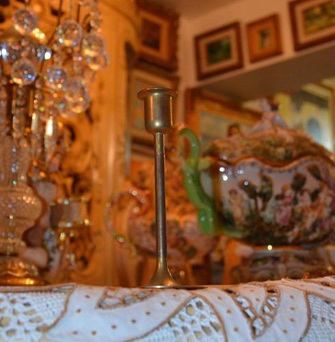 candelabro antiguo de bronce para una vela.